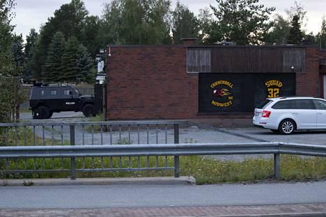 Poliisi pidätti yhden miehen Cannonballin tiloista Ulvilassa lauantaina. Kuva poliisin ratsiasta moottoripyöräjengin tukikohtaan viime elokuussa.
