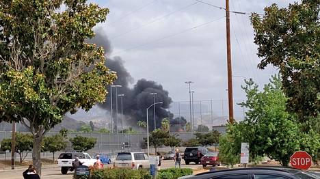 Kuvakaappaus videolta näyttää kuinka lentokoneen maahansyöksyn jäljiltä asuinalueelle leviää sankkaa savua.