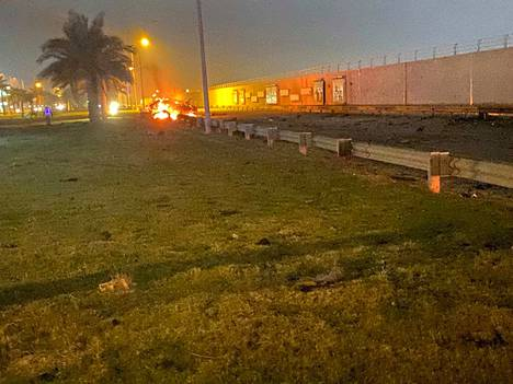 Irakin armeijan kuvassa näkyvät Bagdadin lentoasemalla Yhdysvaltojen perjantain vastaisena yönä tekemän iskun seurauksena palavan auton jäänteet. Kuvituskuva eilisen iskusta.