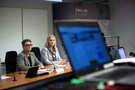 KRP:n rikoskomisariot Sanna Springare (oikealla) ja Sari Sarani tiedottivat laajasta lapsiin kohdistuneesta seksuaalirikoskokonaisuudesta.