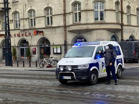 Poliiseilla oli yllään luotiliivit sekä kypärät.