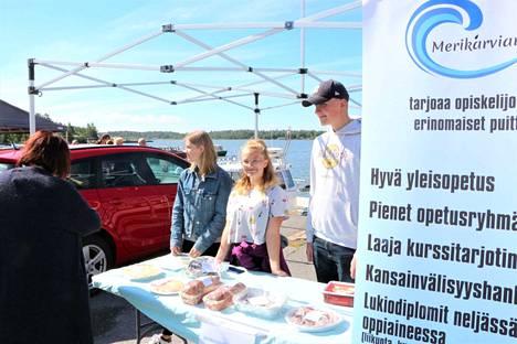Merikarvian kansainvälisen lukion 1. ja 2. luokkalaiset ovat aina siellä missä tapahtuu. Merikarvialainen Anna Niemi sekä leväsjokelaiset Neea-Juulia Latvaniemi ja Heikki Östergård keräävät rahaa Puolan matkaan.