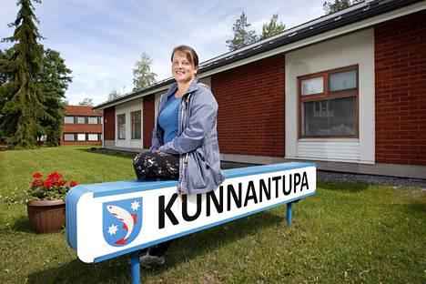 Aiemmin terveysasemana toiminut 80-luvun kiinteistö on nyt vakiintunut Siikaisten Kunnantuvaksi, jossa kunnanjohtaja Viveka Lanteen ja hallinnon lisäksi toimii hammashuolto ja kirjasto. Taustalla autioituva kunnanvirasto, joka aiotaan purkaa kokonaan tai ainakin osaksi.