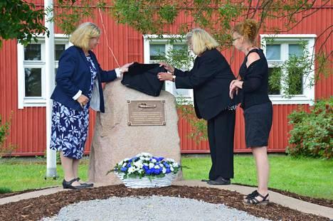 Muistomerkin paljastivat lentokentällä kuolleen Kustaa Nikolai Aulinin omaiset Sirpa Åsvik ja Katja Jokinen sekä kunnanjohtaja Tarja Hosiasluoma.