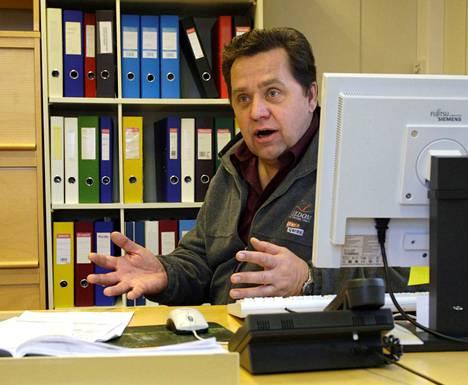 Lavian entinen kunnanjohtaja, Turussa eläkepäiviään viettävä Pekka Heinonen yrittää huumorilla karkottaa koronaa.