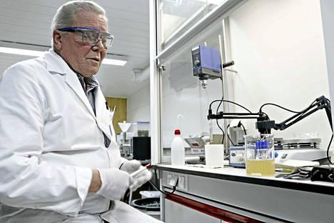 Keksijä. EPSEn tekninen johtaja Vesa Rissanen näyttää, kuinka epselöinti saostaa liuoksista lähes kaikkia metalleja.