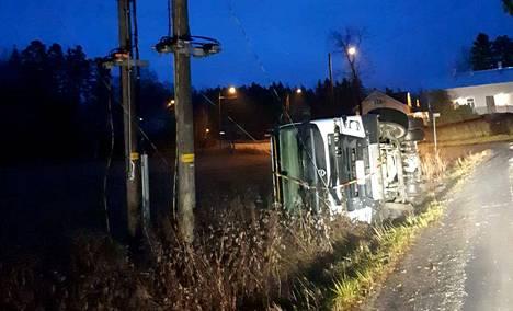 Roska-auto on kaatunut kyljelleen Sastamalassa.
