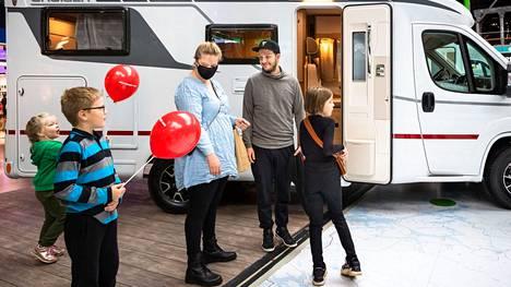 –Olisko riittävän iso meille? kysyi Sanni Pesonen Lasse Pesoselta sunnuntaina Lempäälän Ideaparkissa Rinta-Joupin Autoliikkeen Caravan-messuilla. Vieressä Aada, Olli ja Iida (vas.), jonka toiveena matkailuauto erityisesti on.