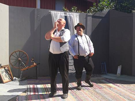 Pauli Teperi ja Joni Sotkasiira esittävät Vanhan Rauman kesäpihassa lukuisia erityylisiä hahmoja. Rauman Iltanäyttelijöiden kantaesityksessä vuosikymmenet kiitävät yhdeksän esiintyjän, housebändin ja monien laulujen voimalla.