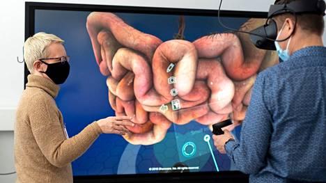 Mikko Siirilä harjoittelee Kirsi Tyynelän ohjeilla Oculus Rift S laseilla ihmisen anatomiaa ja sisäelinten toiminnallisuutta VR:ssä. VR-lasien integroidut kaiuttimet tuottavat visuaalisen elämyksen lisäksi voimakkaan äänen mikä syventää kokemusta. -Visuaalisesti vaikuttavalla tavalla havainnollistava, todentuntuinen, näyttävä ja tuo lähelle kaikki anatomian yksityiskohdat, kuvailee Siirilä VR-kokemuksiaan.