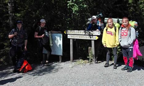 Kuvassa vasemmalta oikealle vaeltajat Patrik, Minttu ja Peppi sekä kaksoset Milja ja Ronja.