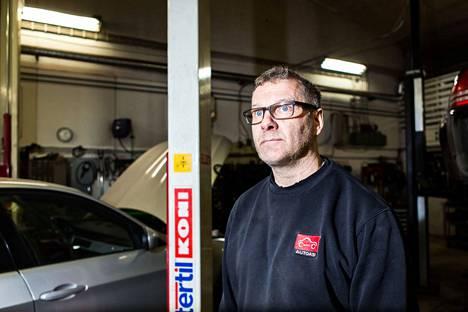 Autohuolto V. Hakalan toimitusjohtaja Vesa Hakala sanoo, että yrityksen liikevaihto on vähentynyt kolmanneksen koronaviruksen hiljentämillä markkinoilla.