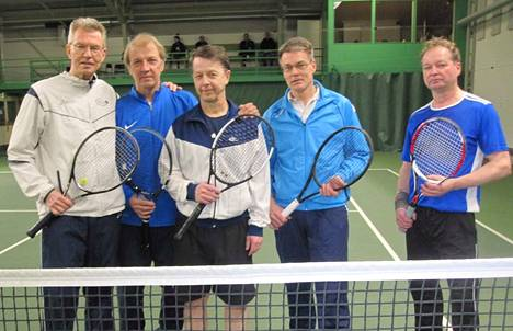 Hyvinkään Tennisseuran miehet pelasivat M60-mestaruussarjan viimeisen tiukan turnauksen Keuruulla. Pelaajat vasemmalta Heikki Kettunen, Pertti Raunio ja Tero Österdahl, sekä isäntäjoukkueen Timo Levonen ja Rauno Harjunmäki.