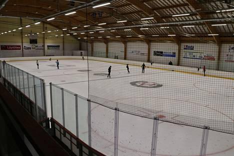 Kangasalan vanha jäähalli on uudistettu mestis-tasoiseksi eli siellä on nyt joustokaukalo.