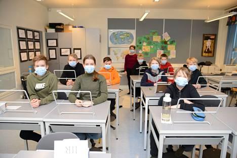 Kärjenniemen koululaiset Valkeakoskelta totuttelivat maskin käyttöön 15. tammikuuta 2021otetussa kuvassa.