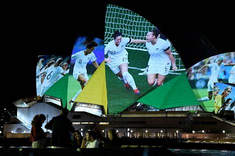 Sydneyn oopperatalon seiniin heijastettiin kuvaesitys naisten MM-kilpailuista samana päivänä, kun vuoden 2023 kisaemännyydestä äänestettiin.