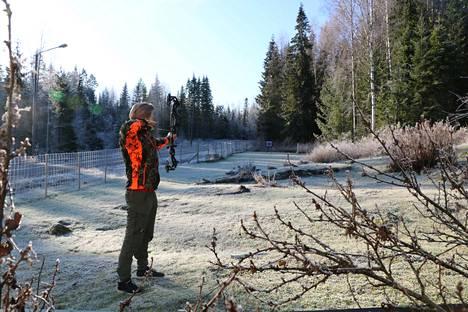 Aleksi Niinimäki harjoittelee jousiammuntaa pihallaan Veneskoskella. Hänen metsästyspaikkansa sijaitsee muutaman kilometrin päässä. Siellä kauriit vasta totuttelevat uuteen ruokintapaikkaan.