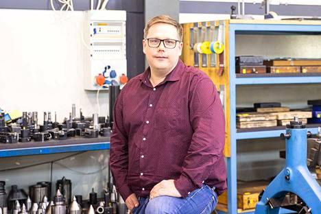 """Sami Stenvall oppi opintojen aikana ohjelmoimaan, ja innostui taidosta entisestään. """"Ohjelmoin meille tuotannonohjaukseen meidän tarpeitamme palvelevan ohjelman"""", Rauman Konepaja Oy:n tuleva toimitusjohtaja Stenvall sanoo."""