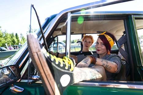 """Päivi Tasala (edessä) ja Maria Seppälä ovat tulleet tapahtumaan vuoden 1975 Ladallaan. Tasala kertoo, että kun auton näkee parkkipaikalla, tulee samanlainen tunne kuin hyvässä parisuhteessa: """"Vau. Tuo on minun autoni"""". Tasalalla on myös kolme Lada-aiheista tatuointia."""