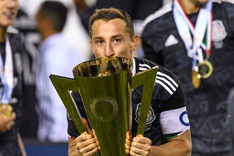 Meksikon kapteeni Andres Guardado suuteli voittopystiä finaalin jälkeen.