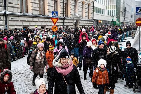 Moni tamperelainen on tottunut siihen, että joulu marssii kaupunkiin pitkin keskustan katuja tonttujen, keijujen, kaverikoirien, tanssijoiden ja soittoniekkojen keskellä. Tämä kuva on vuodelta 2019.