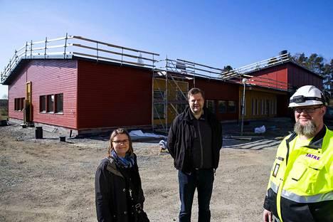 Koulun johtaja Heli Hotti-Paananen,  projektipäällikkö Jan-Erik Järventie ja vastaava työnjohtaja Vesa Michelsson koulun etupihalla. Korkea osa on liikuntahalli.