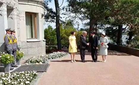 Presidenttiparit tervehtivät toisiaan Kultarannassa.