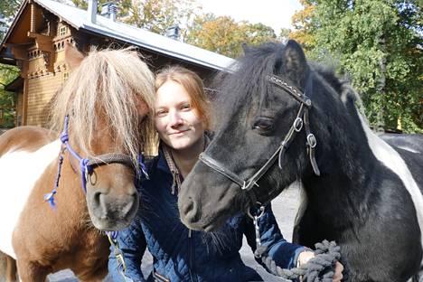 Tallipihalla ponien kanssa ollaan rauhallisesti eikä ratsastus ole koko ajan pääasia. Mandi Fagerström opiskelee ratsastuksen ohjaajaksi.