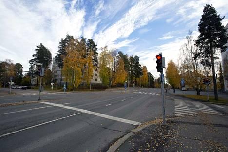 Valkeakosken Sanomien lukijoiden mielestä Kirjaskadun ja Lempääläntien risteyksestä voitaisiin ottaa liikennevalot pois.