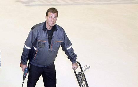 Veli-Matti Ruisma viihtyi jäähallissa myös peliuransa jälkeen. Hän jäi lokakuussa eläkkeelle kentänhoitajan tehtävistä.