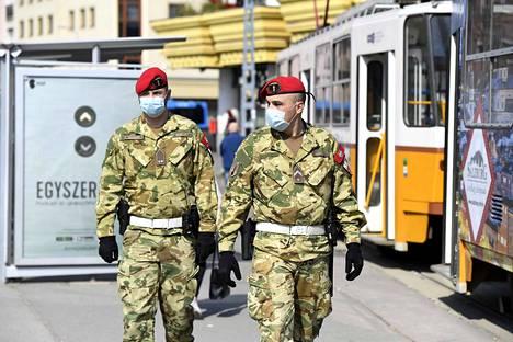 Sotilaspoliisit partioivat Lehelin aukiolla Budapestissa sunnuntaina. Unkarilaisia on kehotettu välttämään liikkumista ulkona 11. huhtikuuta saakka.