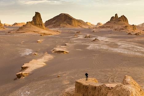 Lutin autiomaa Iranissa on suuri suola-aavikko. Sen ala on yli 51000 neliökilometriä.