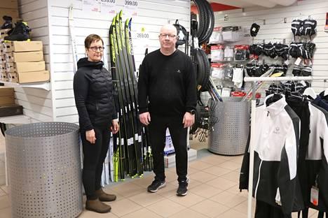 Kankaanpään Team Sportian Birgit ja Petri Haapala toteavat suksien käyneen hyvin kaupaksi.