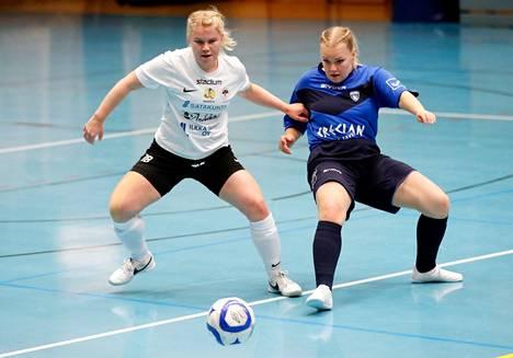 Netta Hannula (vas.) täytti 28 vuotta ja sai syntymäpäivälahjaksi matkalipun Suomen naisten futsalmaajoukkueen EM-karsintoihin. Arkistokuva.