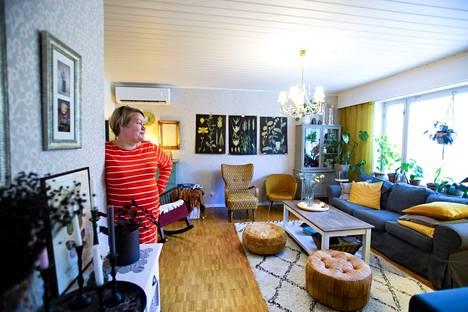 Anne Rikassaari kutsuu kotinsa tyyliä boheemiksi sekamelskaksi. Suurin osa kodin kalusteista on hankittu käytettyinä, niin myös olohuoneen sisustus. - Sanoisin, että 90 prosenttia tavaroista on käytettyjä.