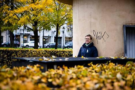 Ympäristöministeri Krista Mikkonen (vihreät) Esplanadin puistossa.