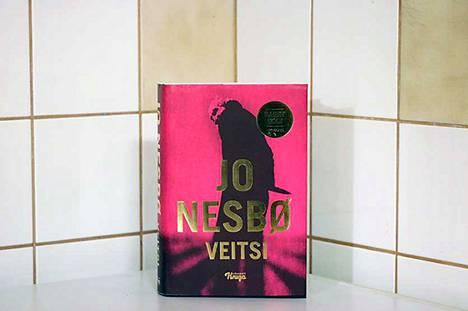 Uusin Harry Hole -dekkari, Veitsi, 570 sivua, 2019, suomentanut Outi Menna, Johnny Kniga, on järjestyksessään jo 12 Hole-dekkari.