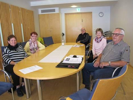 Leena Rinneranta, Tuulikki Kurki, Hannu Santanen, Seija Tuominen ja Stig Lehtovaara ovat viihtyneet erinomaisesti yhdistyksessä, joka ajaa eläkeläisten ja ikäihmisten etuja.