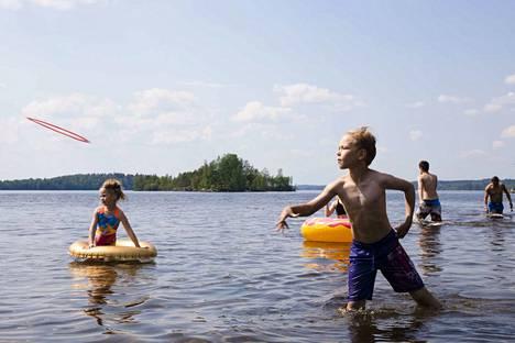 Joel Karvonen heitteli Pyhäjärven vesirajassa frisbeetä. Hänelle ja muulle Tohlopin rannan lähettyvillä asuvalle perheelle rantapäivä ei ollut kesän ensimmäinen.