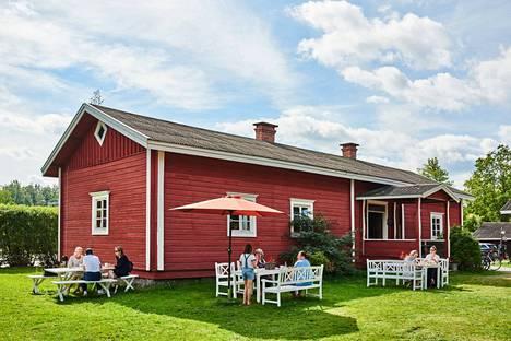 Hinttalan kotiseutumuseo esittelee 1800-luvun talonpoikaiskulttuuria ja tarjoaa vaihtuvia kuvataide- ja käsityönäyttelyitä.