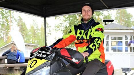 Moottorikelkkailija Juho Jurvanen treenaa kesän peruskuntoa, ensimmäisille lumille päästään yleensä joulun uudenvuoden aikaan.