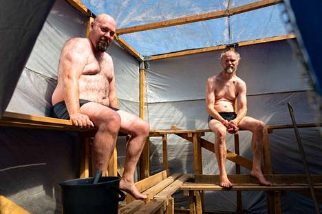 Tamperelaiset Kari Keinonen (oikealla) ja Mika Vilppu kokeilemassa Supsa ry:n telttasaunan löylyjä.