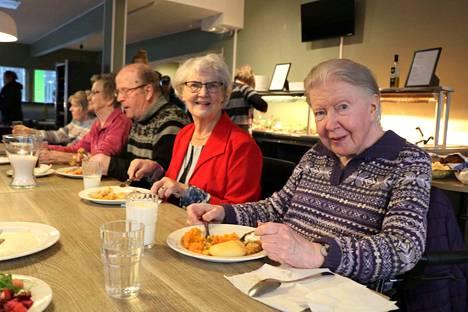 Annikki Palmu oli tyytyväinen, kun hän pääsi lounaan yhteydessä näkemään tuttuja, kuten entisen työkaverin Eevi Lehtisen.