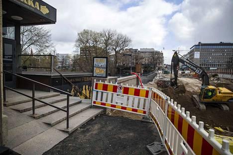 Hämeensillan työmaa on saartanut ravintola Tillikan. Perjantaina aamupäivällä rappusten eteen ilmestynyt kuoppa oli iltapäivällä jo täytetty.