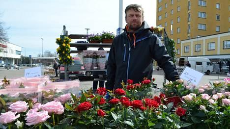 –Äitienpäiväksi ostetaan nykyään muitakin tuotteita kuin ruusuja, kauppias Juho Torkkel kertoo.