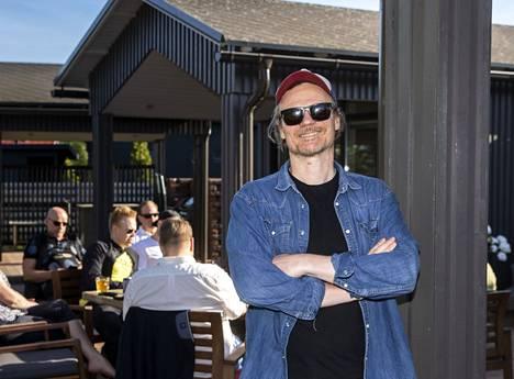 Festivaalijohtaja Harri Vilkunaa hymyilyttää. Lounais-Suomen avi poisti tiistaina kokoontumisrajoitukset henkilömäärien osalta ja kesätapahtumia voi nyt Satakunnassa järjestää turvallisuusohjeita noudattaen.