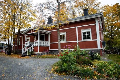 Kaarilan kartanon pirtti on muutettu asunnoksi 1960-luvulla. Tampereen kaupunki on kasvanut lähemmäs ja lähemmäs vanhaa väentupaa. Ennen pirtin takaseinän ikkunoista näkyi tilan navetta. Nyt navetan paikalla on rivitaloja.