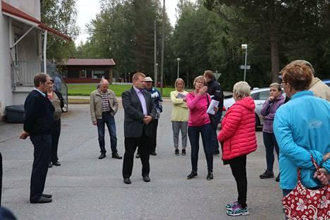 Kunnanjohtaja Petri Liukku ja kunnanhallituksen jäsen Erja Silvennoinen (keskellä) lupasivat mielenosoittajille tehdä kaiken mahdollisen, että vuodeosasto Kihniössä säilyy.