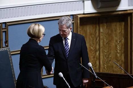 Tasavallan presidentti Sauli Niinistö ja eduskunnan puhemies Paula Risikko kättelivät eduskunnan vaalikauden päättäjäisissä.
