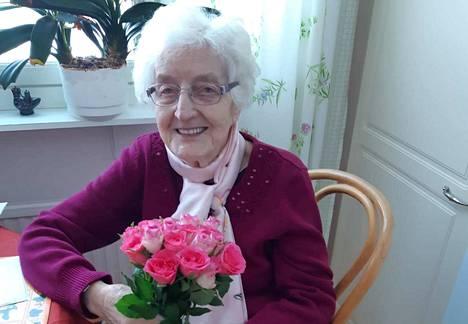 Keuruulainen lyyrikko Sylvi Rapo on vain 5 vuotta nuorempi kuin Suomen tasavalta. Hänen sydämensä on aina palanut kirjoittamiselle. Rapo täyttää 20. toukokuuta 97 vuotta, mutta juhlakahveille hän pääsee ystäviensä kanssa vasta koronarajoitusten päättymisen jälkeen.